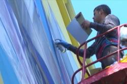 Umělci na východě Ukrajiny zdobí ulice