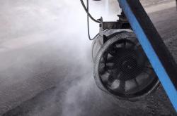 Vodní děla tvoří unikátní mlžnou stěnu v uhelném lomu