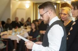 Učitel Jakub Ozaňák čte prohlášení pedagogů ze tří různých litvínovských škol, kteří se zapojili do stávky