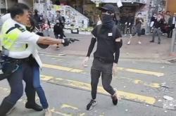 Hongkongský policista postřelil neozbrojeného demonstranta