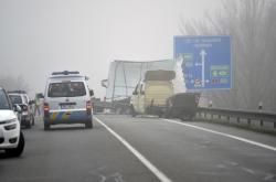 Při nehodě autobusu, dodávky s návěsem a auta se zranilo lehce šest lidí