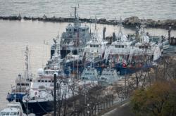 Ruské lodě hlídají v Kerčském průlivu zadržená ukrajinská plavidla