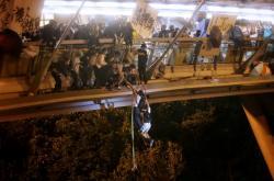 Studenti prchající z budovy hongkongské polytechniky