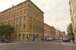 Nájemní dům v Karlíně, jehož polovinu prodala Praha 8 pod cenou