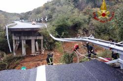 Zřícený dálniční viadukt u Savony
