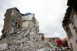 Následky zemětřesení ve vesnici Thumanë