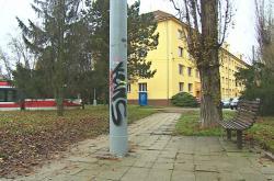 Nevhodně umístěné sloupy vytvářejí v městě bariéry
