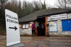 Žena opustí volební místnost v pokladně muzea Amberley.