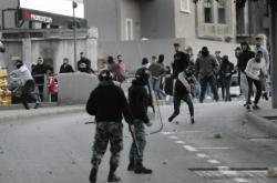 Šíité podporující současnou vládu hází kameny na policii