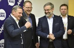 Jiří Čunek (KDU-ČSL), Pavel Pustějovský (ANO), Jan Pijáček (ODS) a Stanislav Blaha (ODS) při podpisu koaliční smlouvy