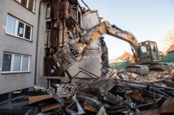 Demolice obytného domu v Lenoře začala 5. prosince