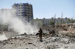 Afghánský voják stojí na místě útoku Talibanu, při němž zemřelo šest lidí a další stovku bylo zraněno