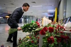 Ukrajinský prezident pokládá květiny na letišti v Boryspilu