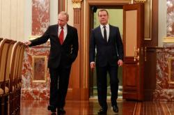 Prezident Vladimir Putin a premiér Dmitry Medveděv hovoří před schůzkou s členy vlády