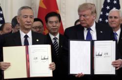 Americký prezident Donald Trump a čínský vicepremiér Liou Che (zprava) podepsali v Bílém domě první část dlouho očekávané obchodní dohody.