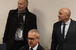 Obžalovaní úředníci (vzadu)