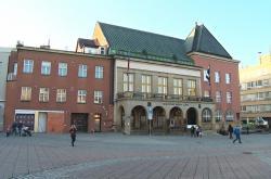 Staticky narušená budova (vlevo) přiléhá ke zlínské radnici