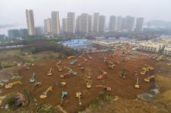 Stavba nemocnice na okraji Wu-changu