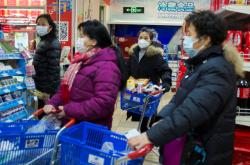 Také v supermarketu v Pekingu nosí zákazníci masky