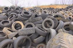 Ojeté pneumatiky na skládce
