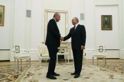 Turecký prezident Erdogan (vlevo) si třese rukou s Vladimírem Putinem