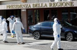 Pracovníci v ochranných oblecích připravují sanitaci jednoho z úřadů v Římě