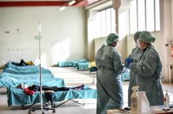 Italští zdravotníci v provizorním zařízení pro příjem pacientů