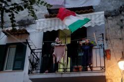 Obyvatelka Neapole s italskou vlajkou