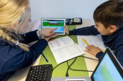 Chlapec se učí doma s matkou na home office. Kvůli koronaviru přerušily školy výuku