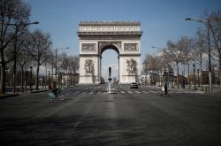Opuštěný Vítězný oblouk v Paříži