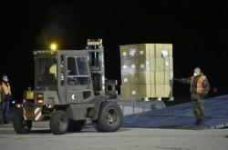 Armáda organizuje vykládku letadla Ruslan se zdravotnickými pomůckami