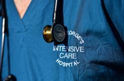 Zdravotníkům v Londýně často chybí adekvátní ochranné pomůcky proti nákaze COVID-19