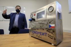 Majitel firmy MICo Jiří Denner s plicním ventilátorem CoroVent