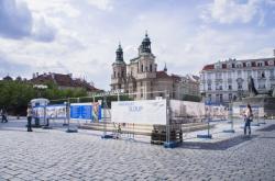 Stavba repliky mariánského sloupu na Staroměstském náměstí v centru Prahy začala 17. února
