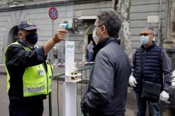 Zdravotní kontrola přes vstupem na trh v sicilské Katánii