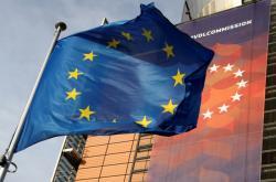 Vlajka EU před sídlem Evropské komise