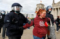 Policie zatýká účastníka protestů proti vládním koronavirovým opatřením