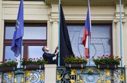 Na budově magistrátu v Praze visí černá vlajka na podporu Černého dne pro obce a kraje