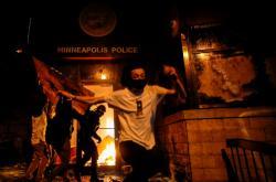 Protestující v Minneapolis zapálili vchod policejní stanice