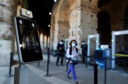 Teplotní scanner u vchodu do římského Kolosea