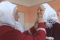 Maminka uvazuje Ludmile krátké šátek