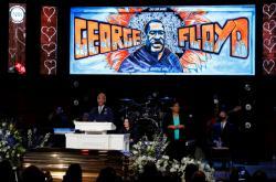 Reverend Sharpton hovoří během Floydovy zádušní mše