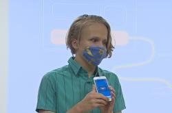 Nevidomý chlapec ovládá inzulínovou pumpu mobilem