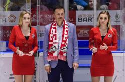 Podnikatel Petr Dědek (uprostřed) na hokejovém utkání v Pardubicích