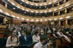 Diváci v Národním divadle v rouškách
