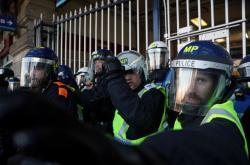 Britská policie při zásahu na demonstraci
