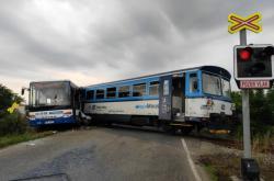 Srážka vlaku s autobusem na Benešovsku