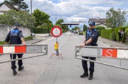 Švýcarská policie otevírá hraniční bariéru