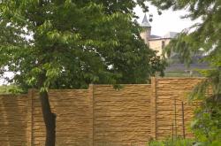 Pod hradem Kunětická hora vyrostl nelegální betonový plot