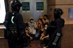 Lidé zadržení během demonstrace proti bezpečnostnímu zákonu